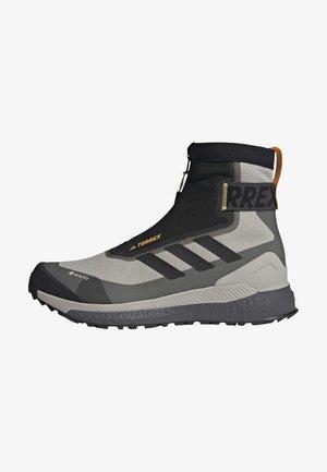TERREX FREE HIKER COLD.RDY HIKING BOOTS - Zapatillas de senderismo - grey
