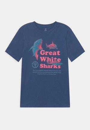 BOY JUNE  - T-shirt imprimé - chrome blue