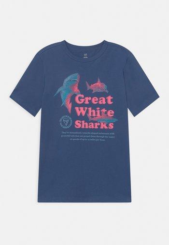 BOY JUNE  - Print T-shirt - chrome blue
