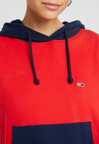 Tommy Jeans - CONTRAST SLEEVE LOGO HOODIE - Hoodie - flame scarlet/classic white - 5