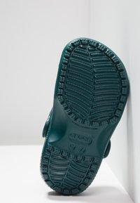 Crocs - CLASSIC UNISEX - Pool slides - evergreen - 5