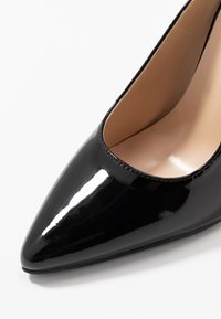 Lost Ink - POINTED HIGH COURT WITH ANKLE STRAP - Escarpins à talons hauts - black - 2