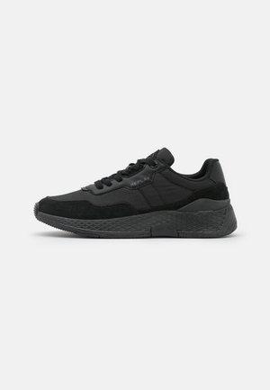 DULL - Trainers - black