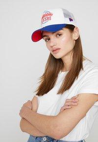 New Era - NBA TRUCKER - Cap - blue/white - 4