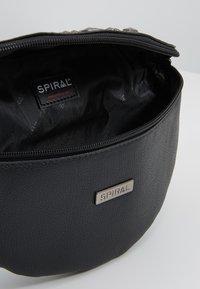 Spiral Bags - LABEL BUM BAG - Ledvinka - plaza - 4