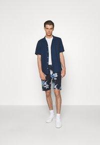 NN07 - SEB SHORTS  - Shorts - navy print - 1