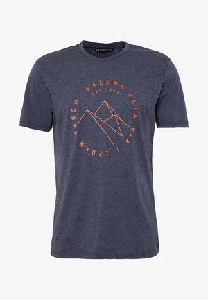 ALTA VIA DRY TEE - Print T-shirt - premium navy melange