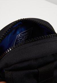 Champion Reverse Weave - SMALL SHOULDER BAG - Across body bag - black - 3