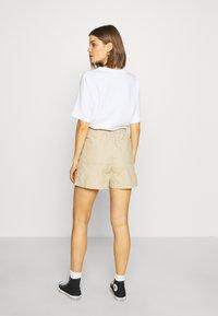 Levi's® - PLEATED UTILITY - Shorts - crisp - 2