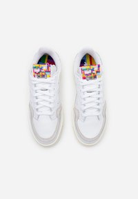 adidas Originals - SUPER COURT SPORTS INSPIRED SHOES - Zapatillas - footwear white/offwhite - 5