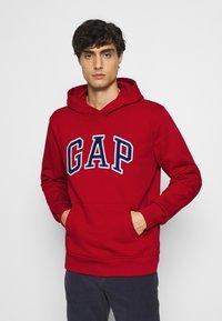 GAP - ARCH  - Bluza z kapturem - lasalle red - 0