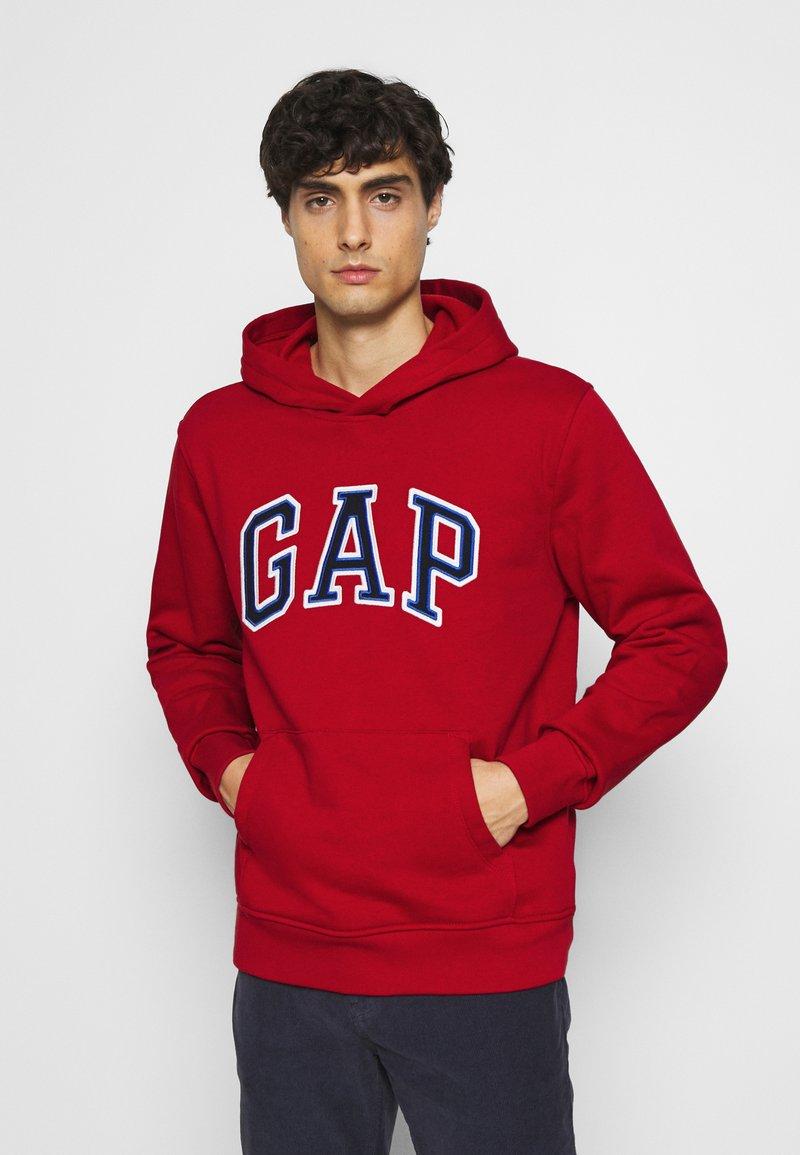 GAP - ARCH  - Bluza z kapturem - lasalle red