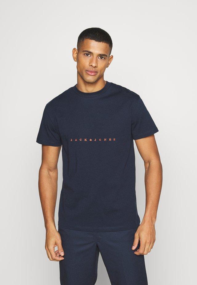 JORCOPENHAGEN TEE CREW NECK - Print T-shirt - navy blazer