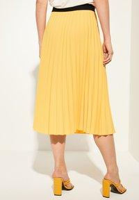 comma - Pleated skirt - yellow - 2