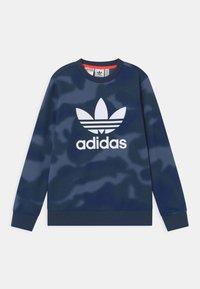 adidas Originals - CAMO TREFOIL UNISEX - Sudadera - crew blue/white - 0