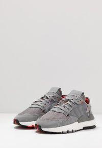 adidas Originals - NITE JOGGER - Sneakers - grey three/footwear white - 2