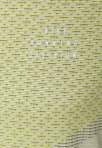 Nike Performance - RUN - T-shirts print - black/lemon twist/iris whisper - 2