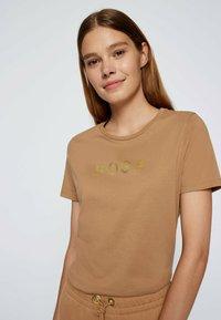 BOSS - Print T-shirt - light brown - 3