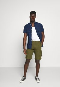 Selected Homme - SLHJIMMI CARGO - Shorts - dark olive - 1