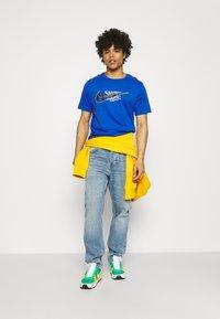 Nike Sportswear - COURT TEE - T-shirt med print - game royal - 1