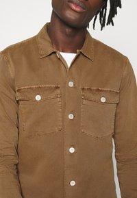 AllSaints - SPOTTER  - Camisa - clove brown - 6
