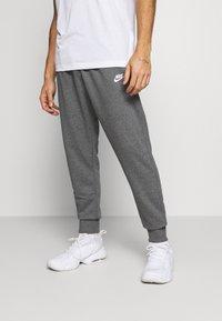 Nike Sportswear - CLUB - Pantalon de survêtement - charcoal heathr/anthracite/white - 0