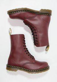 Dr. Martens - ORIGINALS 1490 10 EYE BOOT - Veterlaarzen - cherry red - 1
