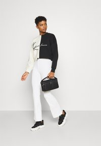 Karl Kani - SIGNATURE CROPPED BLOCK CREW - Sweatshirt - off white - 1