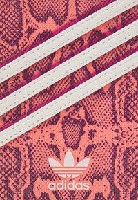 adidas Originals - Phone case - power berry/power pink - 3