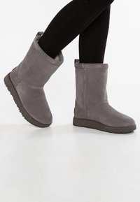 UGG - CLASSIC SHORT WATERPROOF - Classic ankle boots - metal - 0