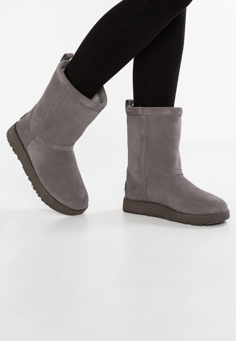 UGG - CLASSIC SHORT WATERPROOF - Classic ankle boots - metal