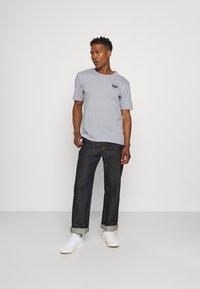 adidas Originals - ABSTRACT TEE UNISEX - Print T-shirt - halo silver - 1