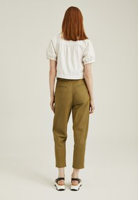 Levi's® - PLEATED BALLOON - Relaxed fit jeans - dull gold - 2