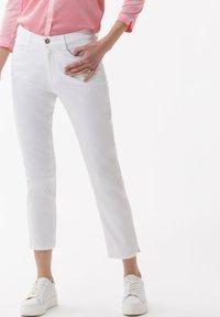 BRAX - STYLE CARO  - Slim fit jeans - white - 0