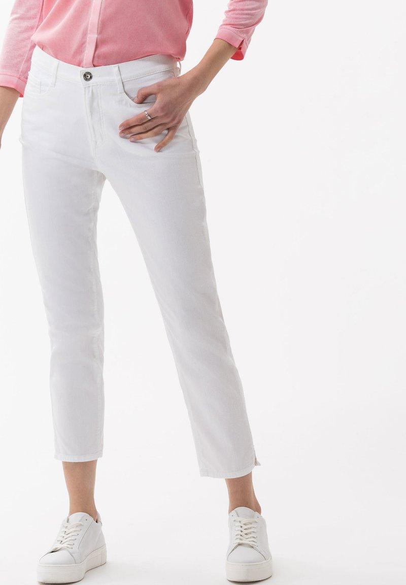 BRAX - STYLE CARO  - Slim fit jeans - white