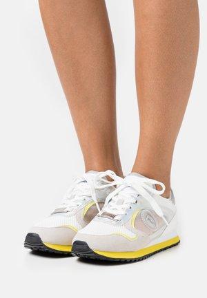 KIWY MIX POP LOGO - Sneakers laag - white/yellow