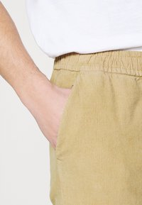 Redefined Rebel - RON PANTS - Trousers - sand - 5