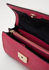 Steve Madden - BSTAKES - Across body bag - pink - 4