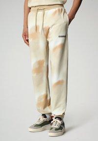 Napapijri - M-AIRBRUSH H AOP - Tracksuit bottoms - beige camou - 0