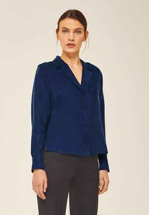 MIT SCHULTERKLAPPEN - Button-down blouse - indigo