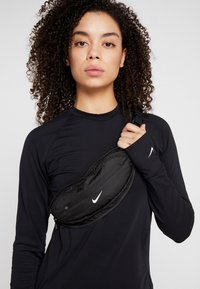 Nike Performance - LARGE CAPACITY GRAPHIC WAISTPACK 2.0 UNISEX - Bum bag - black/silver - 1