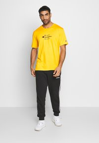 Champion - ROCHESTER WORKWEAR CREWNECK  - T-shirt imprimé - mustard yellow - 1