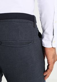 Selected Homme - SHXYARD STRUCTURE SLIM FIT - Chino - dark sapphire - 4