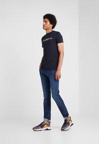 Emporio Armani - Print T-shirt - blu navy - 1
