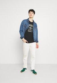 adidas Originals - CAMO INFILL TEE UNISEX - T-shirt med print - black - 1