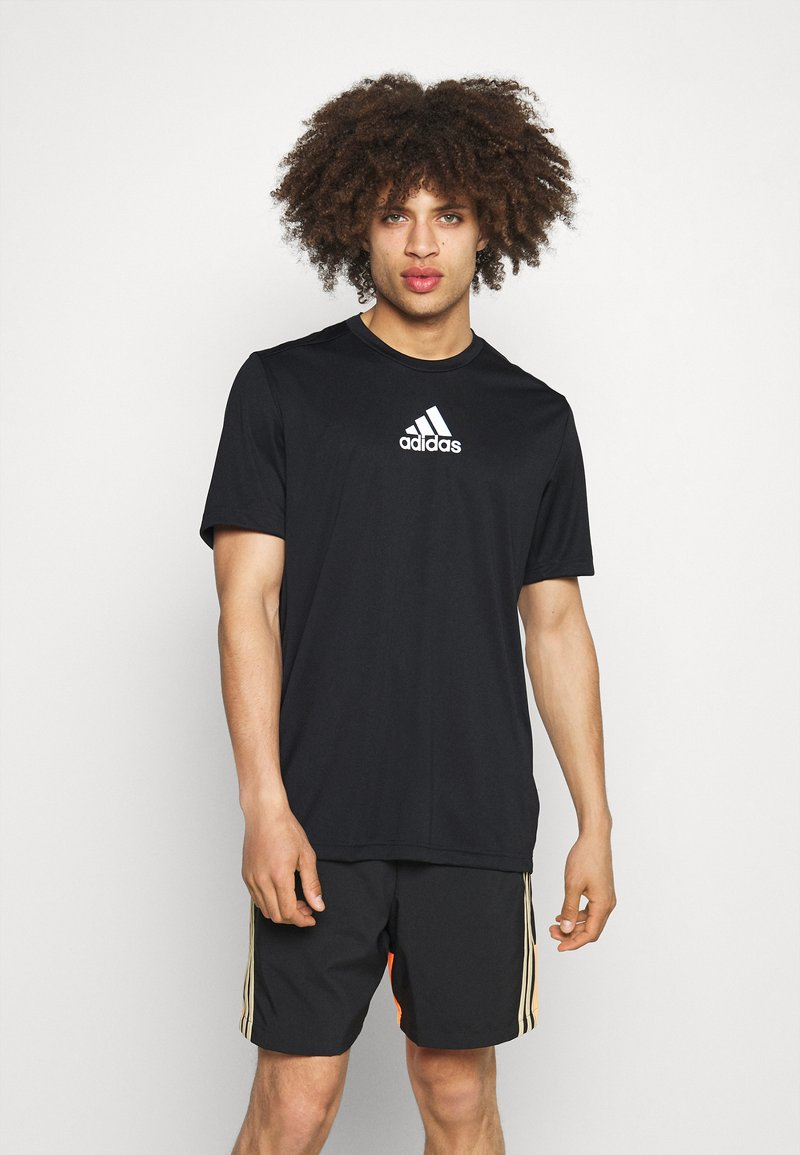 adidas Performance - 3 STRIPES BACK DESIGNED 2 MOVE AEROREADY - T-shirt con stampa - black/white