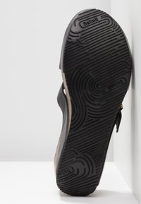 Scholl - ELON - Pantuflas - schwarz/bronze - 6