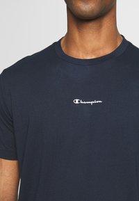 Champion - TIRE CREWNECK - T-shirts med print - dark blue - 3