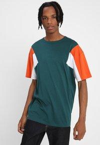 Urban Classics - BOXY TEE - Print T-shirt - jasper/rustorange/white - 0