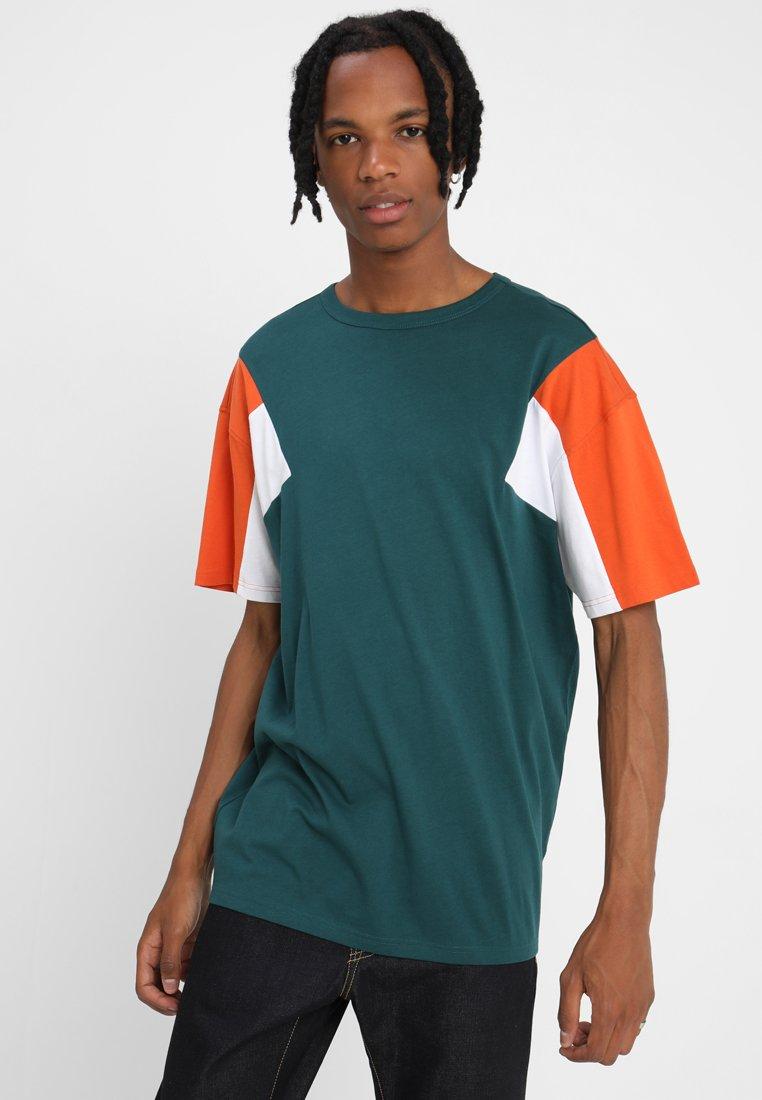 Urban Classics - BOXY TEE - Print T-shirt - jasper/rustorange/white